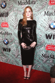 Ellie Bamber complemented her LBD with black peep-toe heels by Jimmy Choo.