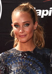 Hannah Davis looked gorgeous at the ESPYs wearing this ponytail that was tight at the top and wavy down the ends.