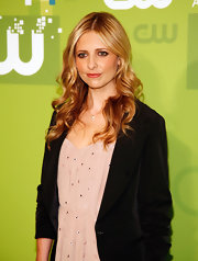Sarah Michelle Gellar styled her honey blond hair into soft curls that cascaded down her shoulders.