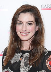 Anne Hathaway wore her hair in a side-parted style with barely-there waves at the Children's Monologues event.