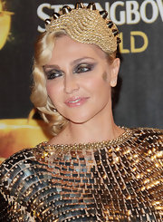 Paola Barale looked like a figure right out of Old Hollywood with this finger-wave hairstyle and gold accessory.