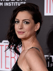 Anne Hathaway wore edgy-glam side-swept curls during the New York premiere of 'The Intern.'