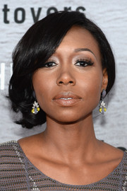 Amanda Warren attended the premiere of 'The Leftovers' looking romantic with her loosely pinned-up curls.