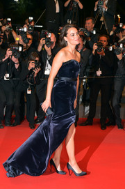 Berenice Bejo walked the red carpet looking classic and elegant in a midnight-blue Alexis Mabille strapless gown during the premiere of 'The Search.'