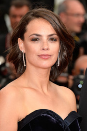 Berenice Bejo added some glamour to her simple 'do with a pair of dangling diamond earrings by Chopard.
