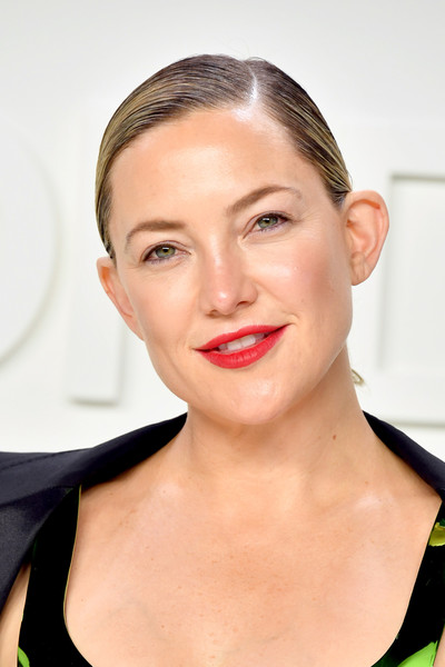 Kate Hudson kept her beauty look natural except for a swipe of bold red lipstick.