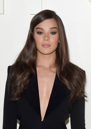 Hailee Steinfeld looked lovely with her flowing half-pinned hairstyle at the Tom Ford Spring 2019 show.