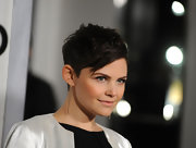 Ginnifer Goodwin paired her saved pixie cut with long gold earrings.
