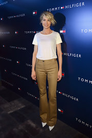 Jenna Elfman paired wide leg tan pants with a plain white t-shirt and pointed heels for a classically preppy look.