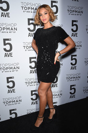 Going Topshop all the way, Beyonce Knowles teamed her mini with black platform pumps.