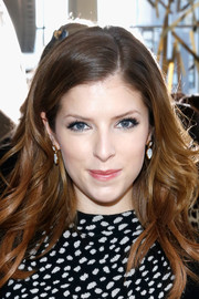 Anna Kendrick styled her locks with a side part and piecey waves for the Tory Burch fashion show.