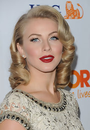 Julianne Hough wore her hair in glamorous golden ringlets at The Trevor Project's 2011 Trevor Live!.
