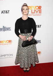 Kelly Osbourne completed her ensemble with a classic black frame clutch.