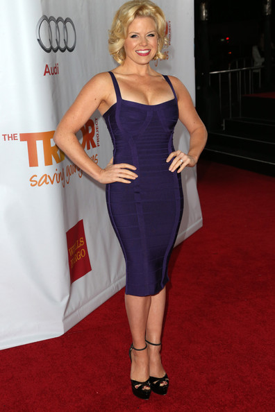 Megan Hilty paired her sexy dress with black cross-strap platform sandals.
