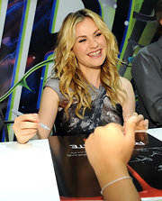 The actress wore a bleached, wavy hairstyle while signing autographs at Comic-con.