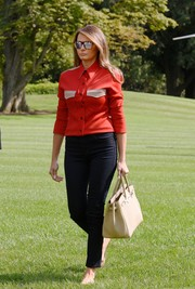 Melania Trump styled her casual look with a luxurious cream Hermès Birkin.