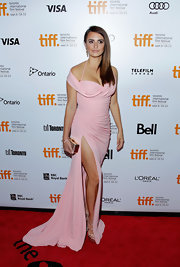 Penelope looked sexy yet classy in this classic pink off-the-shoulder vintage gown.