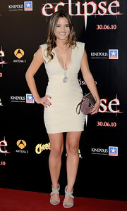 Ana Fernandez paired her curve hugging dress with a suede maroon clutch.