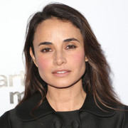 Mia Maestro kept it simple with this loose feathered hairstyle at the UCLA IOES celebration.