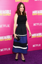 Tina Fey topped off her outfit with a black leather clutch.