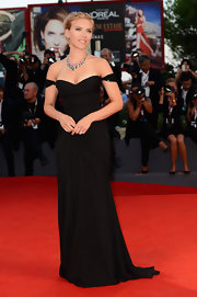 Scarlett showed off her stunning curves in an elegant off-the-shoulder gown.