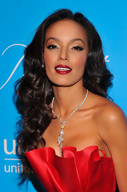 Selita Ebanks exuded Old Hollywood glamour with her raven locks styled in luscious curls.