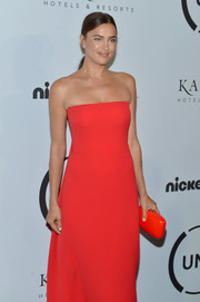 Irina Shayk accessorized with a red hard-case clutch to match her gown at the Unitas Gala Against Human Trafficking.
