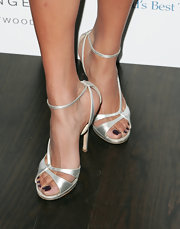 Melody's stunning satin pumps showed off her sexy purple pedicure and highlighted her sunkissed tan.