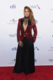 Eve teamed her jacket with a pair of black wide-leg pants.