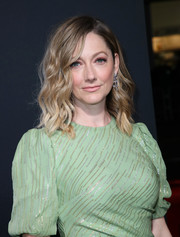 Judy Greer looked gorgeous with her piecey waves at the premiere of 'Halloween.'