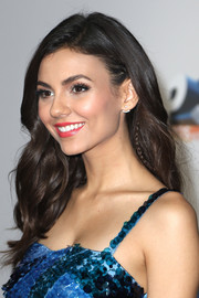 Victoria Justice looked oh-so-pretty with her loose, soft waves at the Premios Juventud Youth Awards.