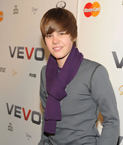 Justin dons a purple scarf with his gray tee. Sharp!