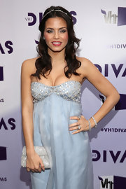 Jenna Dewan-Tatum posed for photos at VH1 Divas 2012 carrying a sparkly silver clutch.