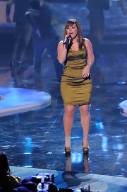Kelly Clarkson performed on stage in an olive green corset dress for the VH1 Divas show.