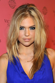 Kate Upton gave her natural look a smoldering touch with smoky lids. She balanced her eye makeup with nude lips.
