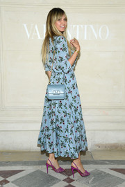 Heidi Klum arrived for the Valentino Couture Fall 2019 show carrying a chain-strap leather bag from the label.