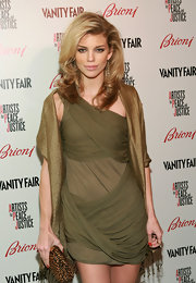 The blond beauty sported a blown out side-parted hairstyle with her draped green ensemble. This look has mega volume and looked great with her layers.