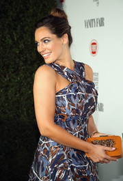 Kelly Brook paired a bejeweled tan clutch with a flirty print dress for the Fiat Young Hollywood celebration.