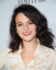 Jenny Slate brightened up her beauty look with a swipe of red lipstick.