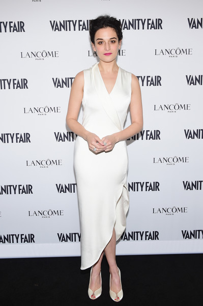 Jenny Slate looked perfectly polished in a white silk wrap dress during Vanity Fair's Hollywood issue party.