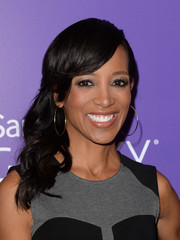 Shaun Robinson wore her shoulder-length waves in a lovely side-sweep during the Variety Power of Women event.