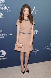 Anna Kendrick complemented her dress with a beige satin clutch by Jimmy Choo.