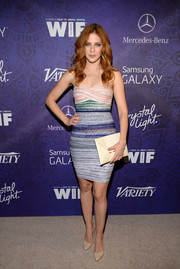 Rachelle Lefevre paired her sexy dress with a cream-colored envelope clutch by BCBG.