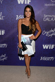 For a touch of classic elegance, Gina Rodriguez accessorized with a black snakeskin clutch.