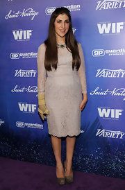 Mayim didn't let her hand injury get in the way of flawless fashion.