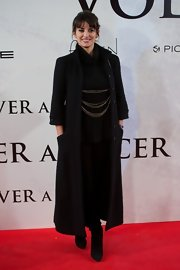 Penelope donned yet another long coat for the Madrid premiere, this time with an all-black ensemble.