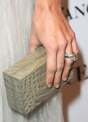 Beauty queen Angie Harmon showed off a brilliant sand colored box clutch which was textures in snakeskin. The texture brought another dimension to her winter white frock.