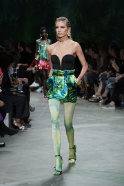 Stella Maxwell's leaf-adorned heels coordinated perfectly with her outfit.