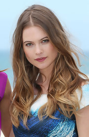 Behait Prinsloo's dirty blonde locks looked totally beach-appropriate with this piecey wavy 'do.