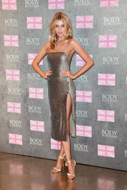Stella Maxwell complemented her dress with bow-adorned gold sandals by Alexandre Birman.